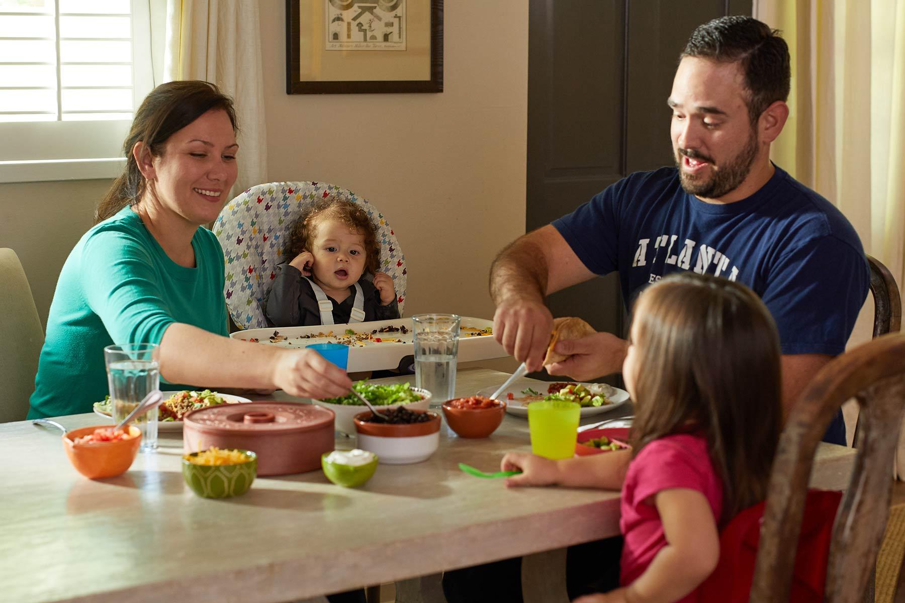 Αποτέλεσμα εικόνας για family eating ςιτη βαβυ